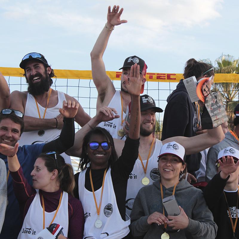 """alt= """"Celebración de podium en torneo de voley playa Tarragona"""""""